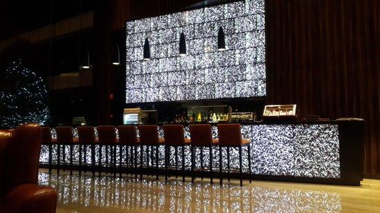 Crowne Plaza Guangzhou Huadu: Lobby bar at night, beautiful