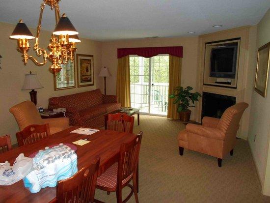 Williamsburg Plantation Resort: livingroom, balcony