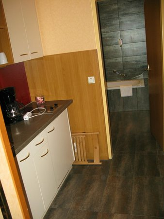 Mercure Josefshof Wien: kitchenette leading to bathroom