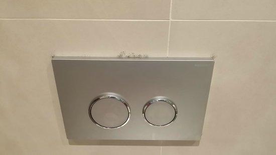Hotel Le Fouquet's: Dirty bathroom