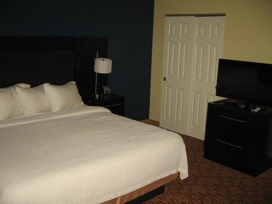 TownePlace Suites Burlington Williston: Bed/Closet/TV