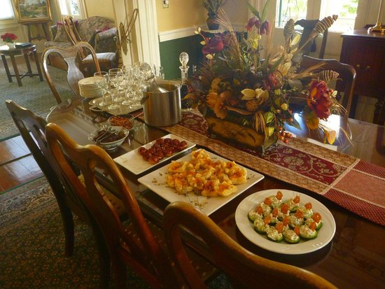 Ashley Inn: Free afternoon snacks and wine