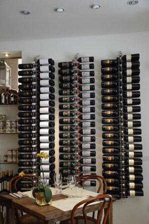 Drogheria Franci: quadri di bottiglie