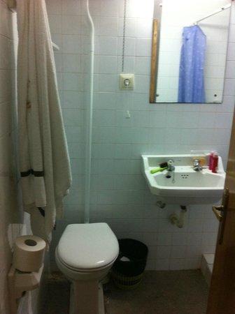 Hospederia San Martin Pinario: lavabo y espejo