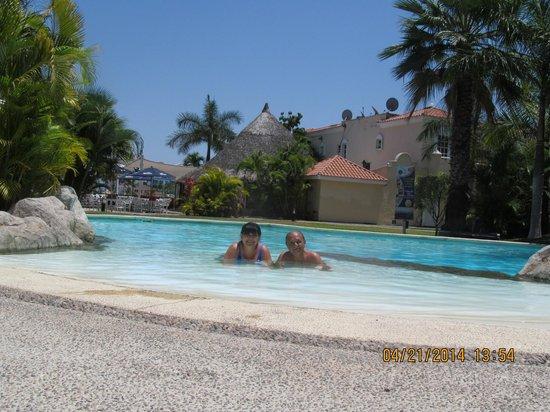 Isla Mazatlan Golden Resort: DISFRUTANDO LA ALBERCA