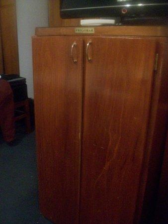 Posadas Hotel: mueble que contiene frigobar, tan en mal estado que ni se puede cerrar