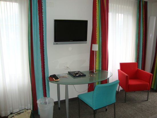 Hotel Central am See: Showing desk and TV