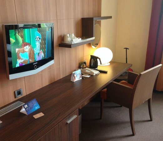 Radisson Blu Hotel at Disneyland Paris : Family room desk area (much longer than this shows)