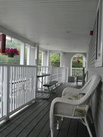 Sea View Motel : 2nd floor deck, front annex.