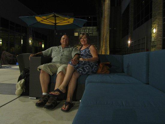 Renaissance Las Vegas Hotel : Sitting area at the pool