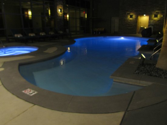 Renaissance Las Vegas Hotel: Pool and hot tub