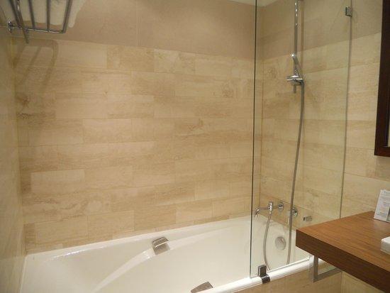 Domaine de la Tortiniere : bathroom