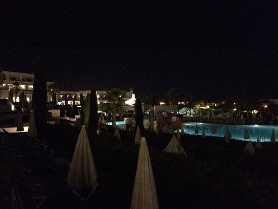 Hotel Fuerte el Rompido: Jardín de noche