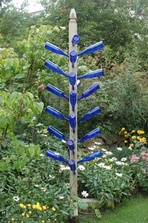 The Pentwater Abbey Bed and Breakfast: Loved the bottle tree in the garden!