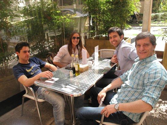 La Sebastiana Suites : Almorzando en el bar del Hotel en la vereda