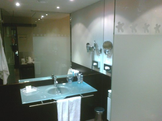 Holiday Inn Madrid - Las Tablas: The bathroom