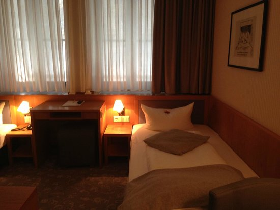 Townhouse Hotel: SGL Room