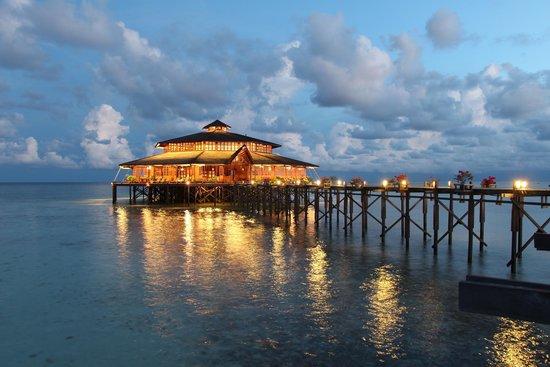 Lankayan Island Dive Resort : main building/dining room