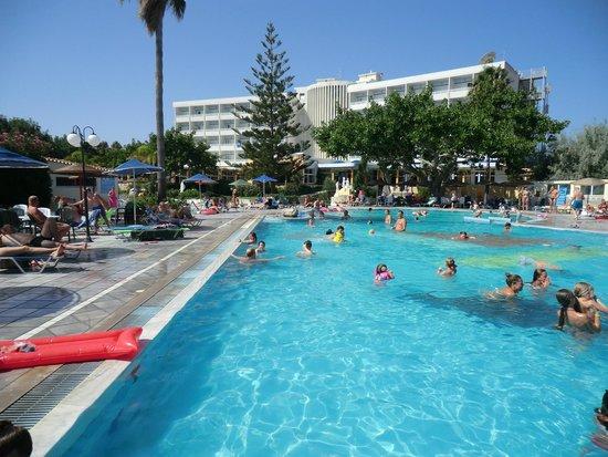 Hotel Atlantis: pool and main hotel
