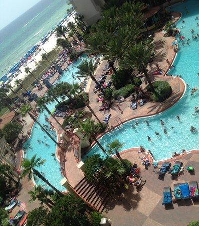 Shores of Panama Resort: Everyone enjoying the DJ and the beautiful pool