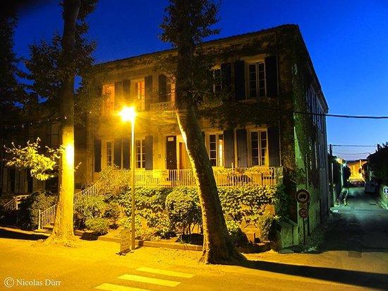 Les Volets Bleus : Vue nocturne de la façade