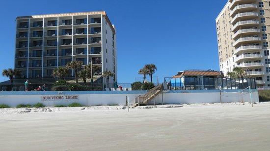 Sun Viking Lodge: View of hotel from beach