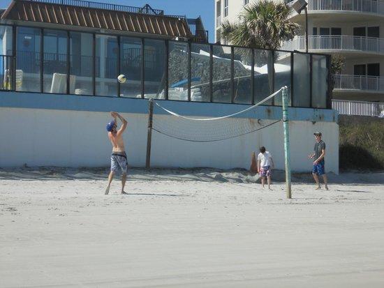 Sun Viking Lodge: Volleyball are on beach