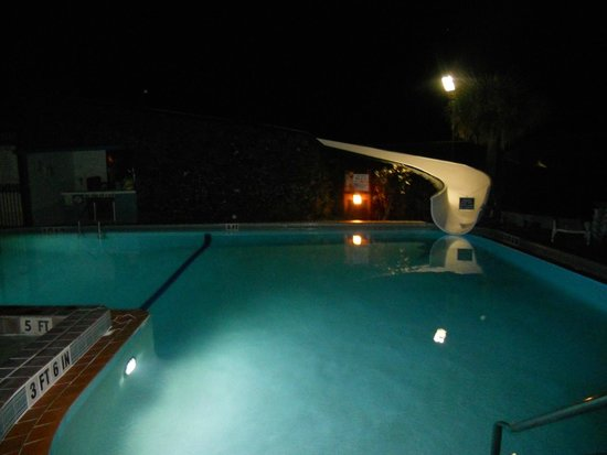 Sun Viking Lodge: Pool at night