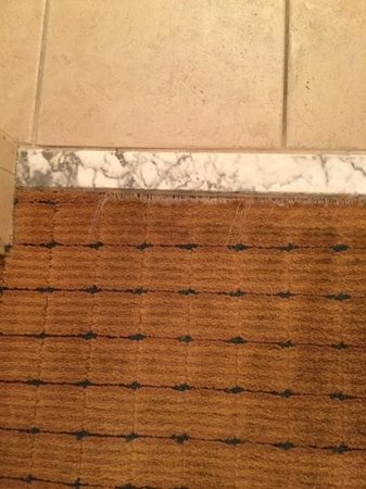 DoubleTree by Hilton Modesto: ripped carpet