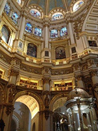 Cathedral and Royal Chapel (Capilla Real) : Des balcons avec des tableaux, atypique dans une église