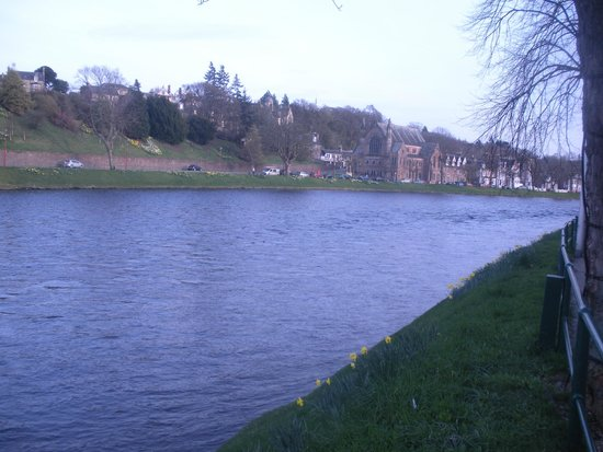 Columba Hotel, Inverness : Ness River right out front of hotel
