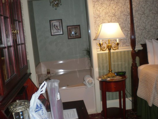 The Old Powder House Inn : jacuzzi area