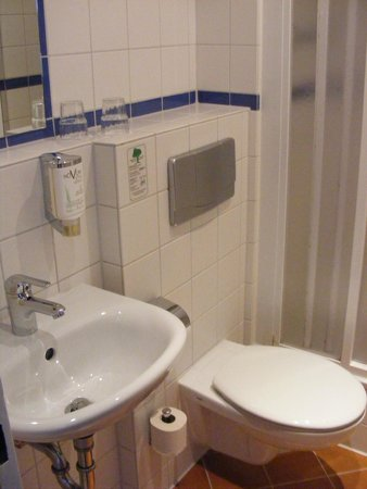 Novum Hotel Aldea Berlin Zentrum: Small but functional bathroom