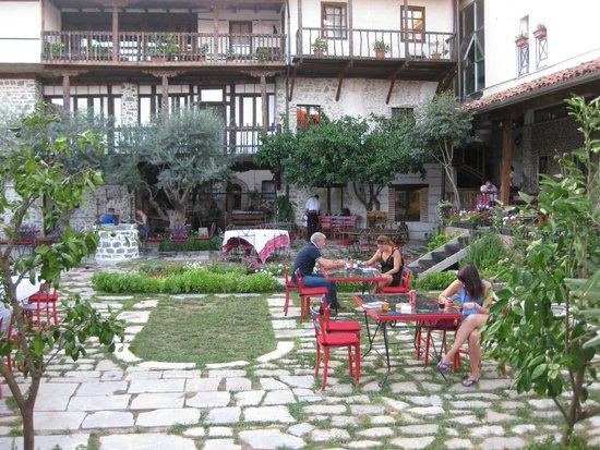 Hotel Tradita Geg & Tosk: Hotel courtyard