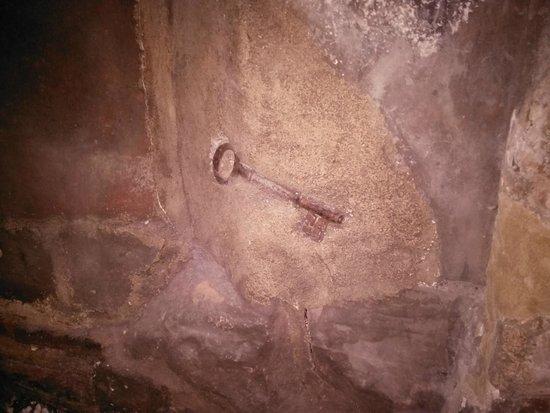 Best Western Red Lion Hotel: Key embedded in fireplace