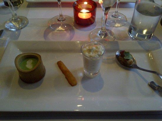 Bistro Apollo Concept : 1er service:Crème brocoli coriandre, sablé au parmesan et petite bouchées