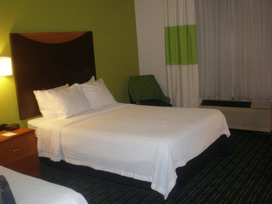 Fairfield Inn & Suites Knoxville/East: Bed closest  to noisey/vibrating AC