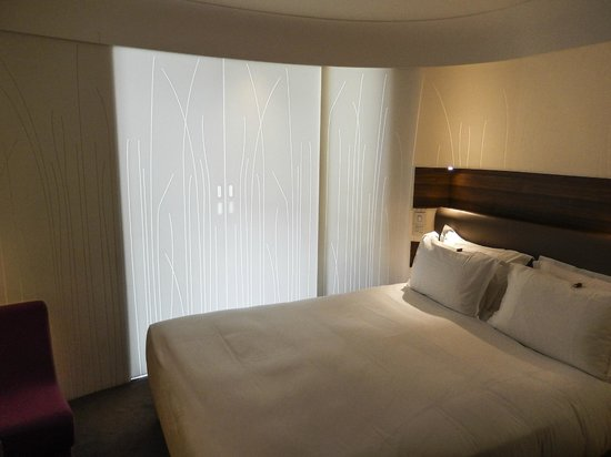Hotel Jules & Jim : View of bed with sliding doors closed