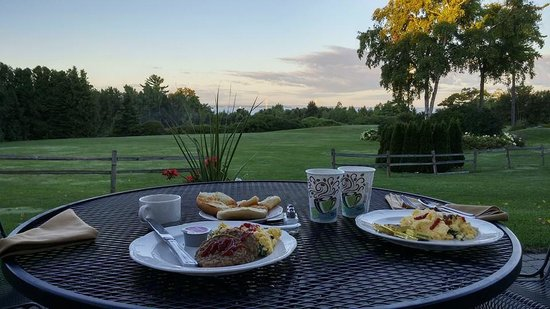 The Inn at Stonecliffe: Breakfast with a view