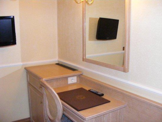 Hotel Santa Costanza: Desk and a small lcd tv