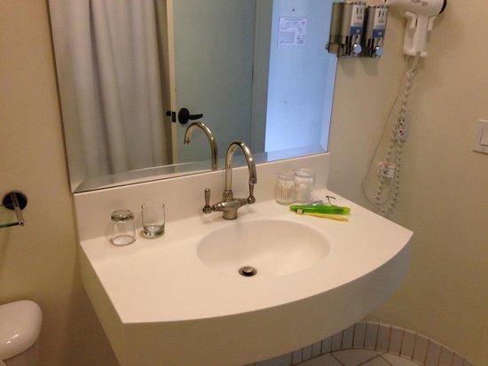 Econo Lodge : Clean vanity