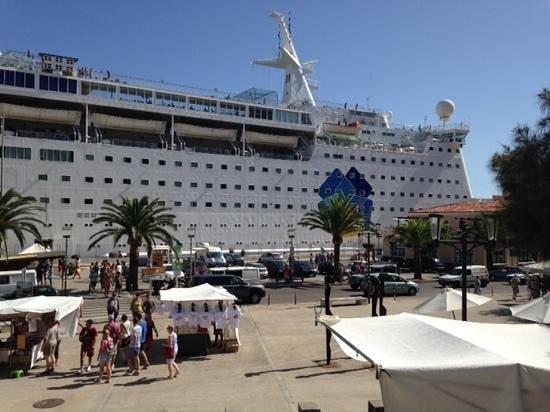 Insotel Punta Prima Prestige Suites & Spa: cruise ship in Mahon harbour .