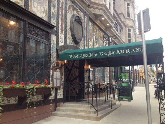 Karl Ratzsch Restaurant: Bright green awning welcomes you in