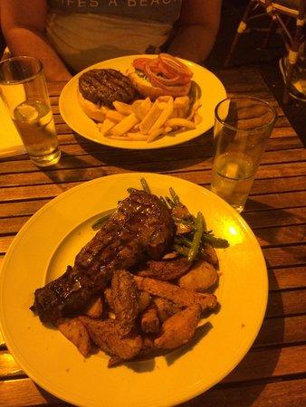 Bistro 56: Hamburger 280g et entrecôte de bœuf 300g accompagnée d'haricots vertes et duo de pomme de terre