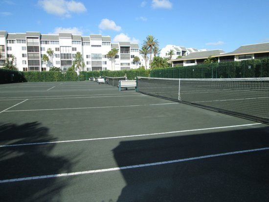 Ocean Village : One group of tennis courts - these are clay