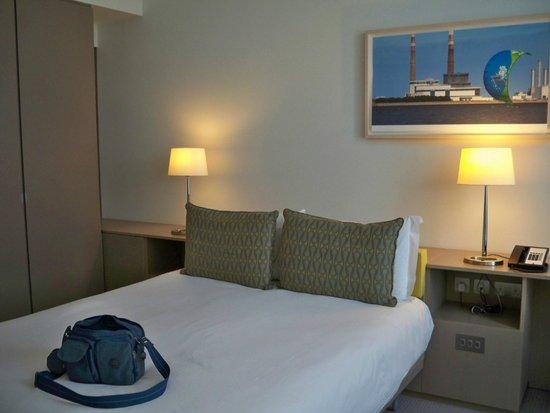 The Gibson Hotel: Cama muy confortable. Su respaldo muy adecuado para recostarte en él.