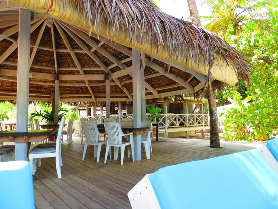 Coconut Beach Club: The bar/restaurant on the deck