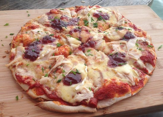 HarBar Beachfront Cafe: chicken brie pizza