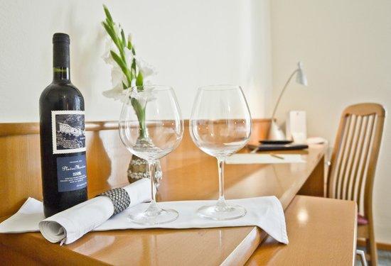 Hotel Kastil: Room table