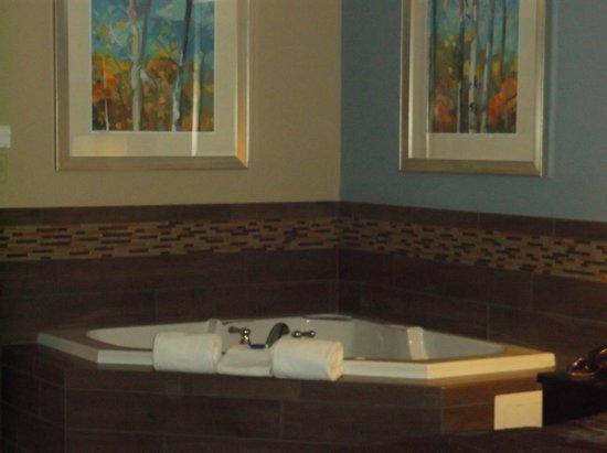 BEST WESTERN Newport Inn: Jacuzzi tub